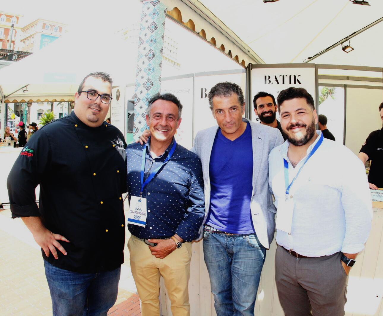 Integrantes de Batik con Javier Banderas y organizadores del evento