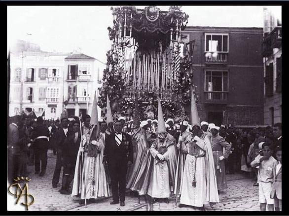 La virgen de Consolación y Lágrimas en el trono que tallara Luis de Vicente en 1929. Aparece en primer plano D. Antonio Baena, en la misma calle Alcazabilla.