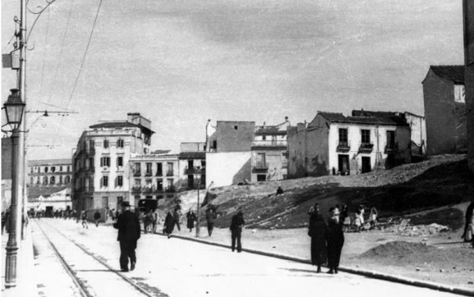 Puede distinguirse perfectamente nuestro edificio en la zona izquierda de la foto. En la explanada que se aprecia en la foto está, hoy en día, el Teatro Romano, que estos momentos se encontraba enterrado bajo la superficie.